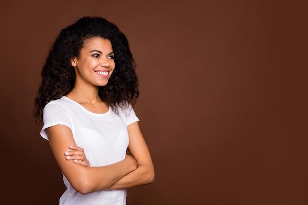 Odwrócony portret uroczej słodkiej dziewczyny afroamerykańskiej skrzyżowane ręce wyglądają jak przestrzeń ciesz się odpoczynkiem zrelaksuj się nosić strój w stylu casual.
