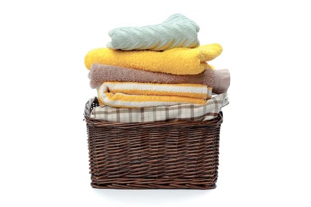 Odziewa w pralnianym drewnianym koszu odizolowywającym na białym tle