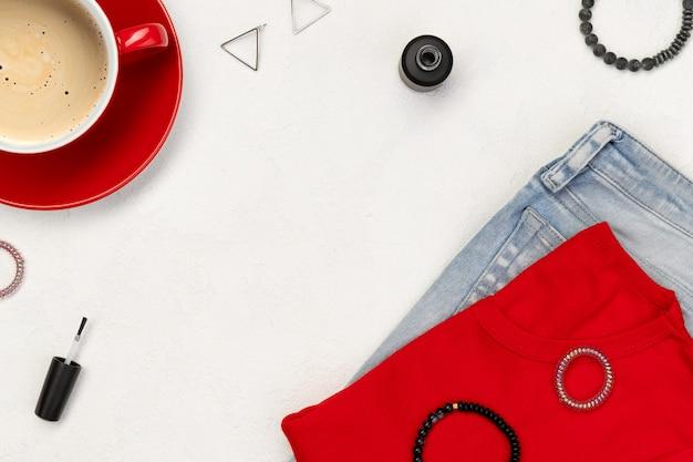 Odzież damska i akcesoria na białym tle. koncepcja sprzedaży lato zakupy moda