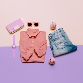 Odzież damska i akcesoria. torebka, zegarki, okulary przeciwsłoneczne. różowa koszula i dżinsy. pastelowe kolory trend minimal summer