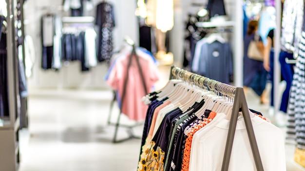 Odzież damska na wieszaku w nowoczesnym butiku sklepowym