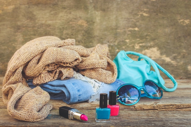 Odzież, dodatki damskie i kosmetyki na starym drewnie