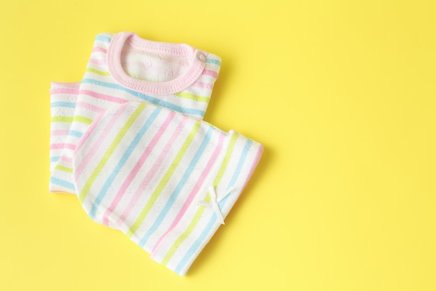 Odzież dziecięca na żółtej powierzchni