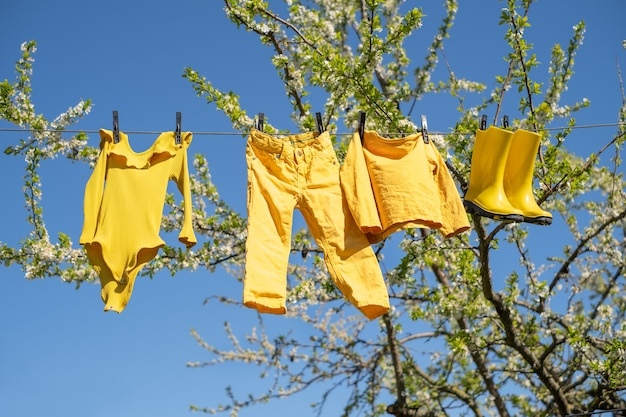 Odzież dziecięca wisi na sznurku i wysycha po praniu