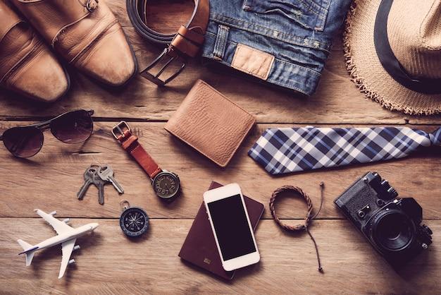 Odzież i akcesoria męskie na drewnianej podłodze