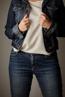 Odzież jeansowa ubrana przez modelkę