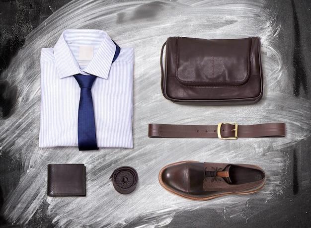 Odzież męska na tablicy z kredą. koszula, krawat, pasek, torebka i buty