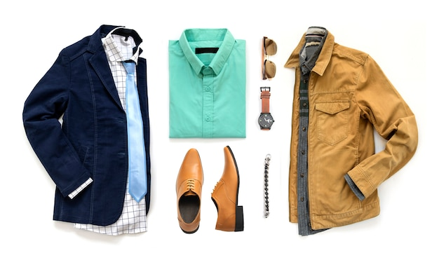 Odzież męska z butami, zegarkiem, okularami przeciwsłonecznymi, biurową koszulą, krawatem i kurtką oxford na białym tle, widok z góry