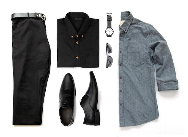 Odzież męska z czarnymi butami, zegarkiem, spodniami, paskiem, okularami przeciwsłonecznymi i biurowymi koszulami na białym tle na białym tle, widok z góry