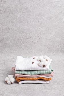 Odzież niemowlęca neutralna pod względem płci. ubrania z bawełny organicznej, moda noworodkowa, branding, pomysł na mały biznes. płaski układanie, widok z góry
