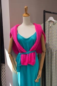 Odzież sklep kostium sukienka moda sklep koncepcja stylu.