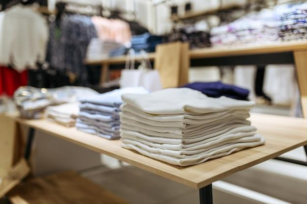 Odzież, swetry kolekcja na półce w sklepie odzieżowym