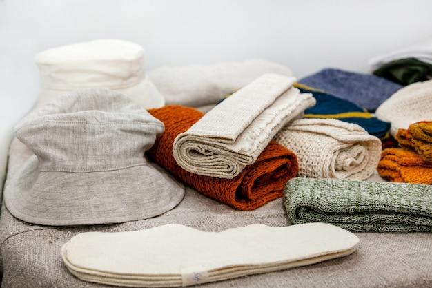 Odzież wykonana z włókna konopnego na wystawie.