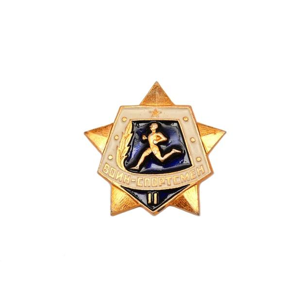 Odznaka armii radzieckiej na białym tle