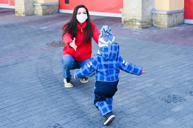 Odzyskana matka spotyka dziecko po separacji. pojęcie koronawirusa.