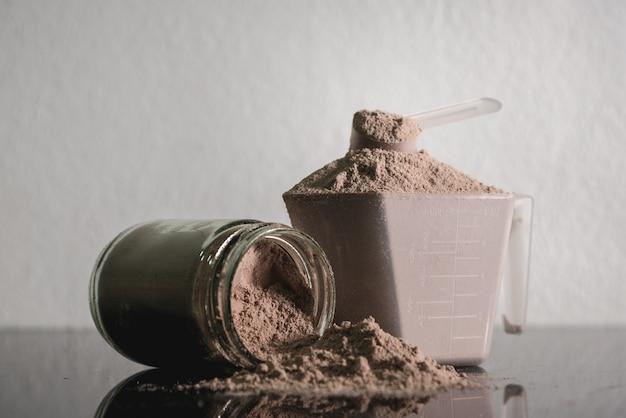 Odżywczy produkt kulturystyczny z białkiem serwatki w proszku.