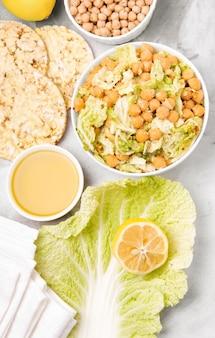 Odżywianie sałatka z ciecierzycy. zdrowe jedzenie