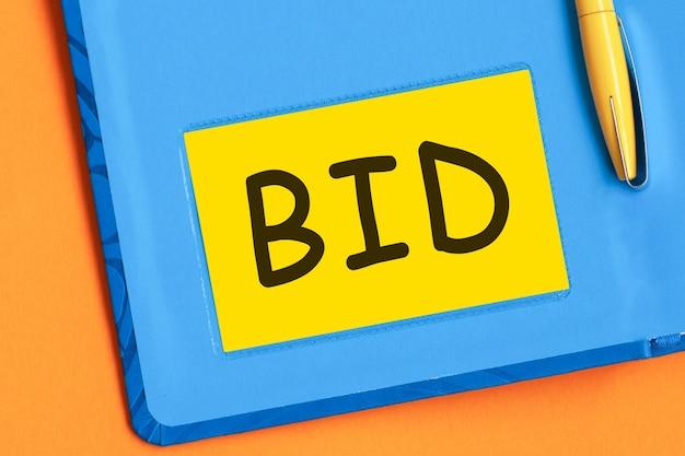 Oferta listów jest napisana czarnymi literami na żółtym papierze firmowym
