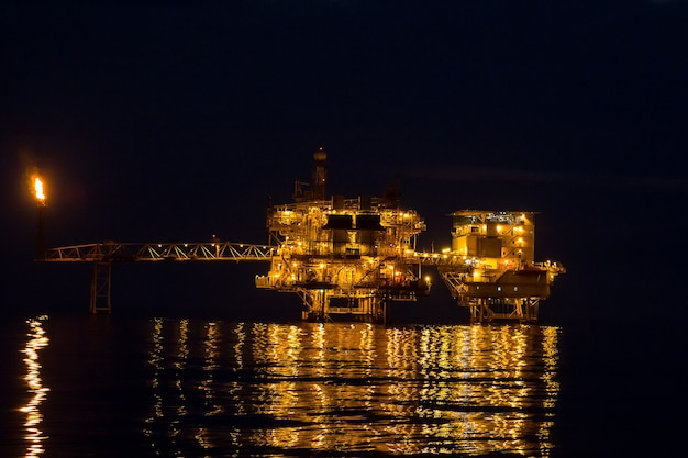 Offshore w nocy rurociąg naftowy do produkcji ropy naftowej i gazu.
