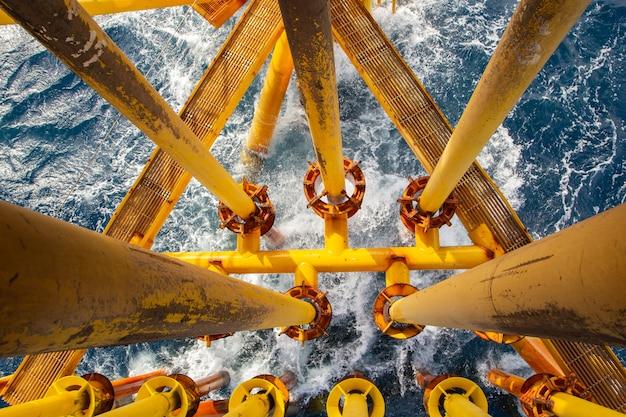 Offshore wiertniczy żółty rurociąg naftowy do produkcji ropy naftowej i gazu.