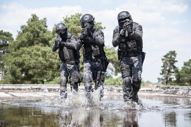 Oficer policji spec ops swat w wodzie