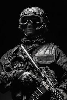 Oficer policji spec ops swat