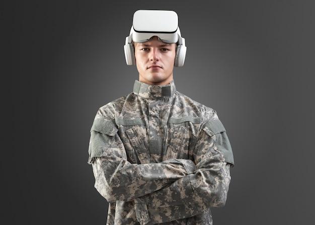 Oficer wojskowy w zestawie słuchawkowym vr png makieta