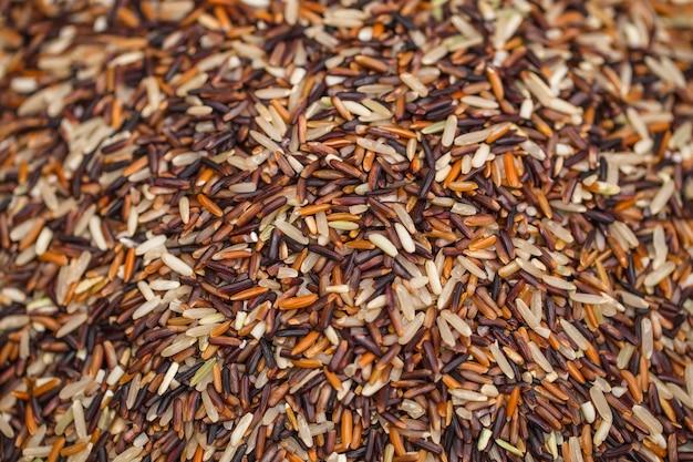 Oganiczny brązowy ryż lub ryżowe źródło zdrowej żywności dla błonnika i wysokiej zawartości witamin z tajlandii