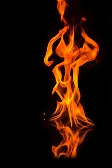Ogień płonie na czarnym tle