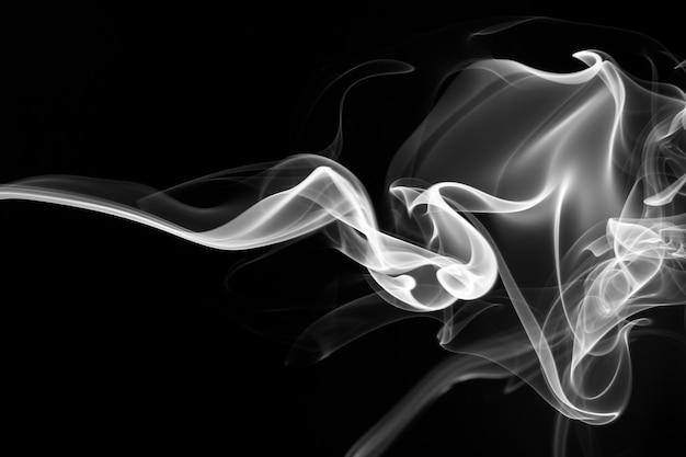 Ogień biały dym streszczenie na czarno
