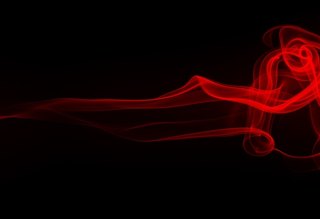 Ogień czerwony dym streszczenie na czarnym tle