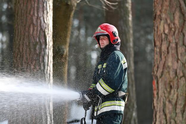Ogień. gaszenie pożarów lasów. gaszenie ognia