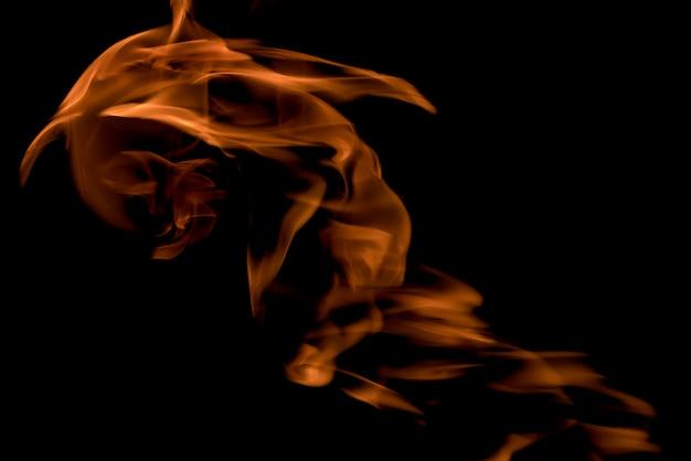 Ogień i płomienie na czarnym tle