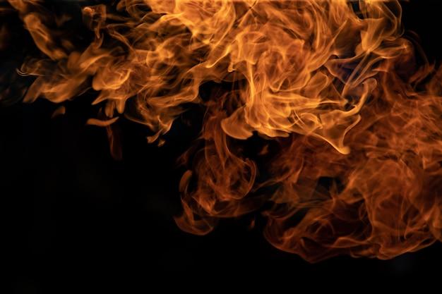 Ogień płonie na czarnym tle.