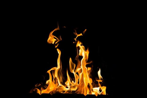 Ogień płonie w ciemności