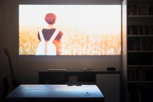 Oglądanie filmu z projektora wideo w pokoju.