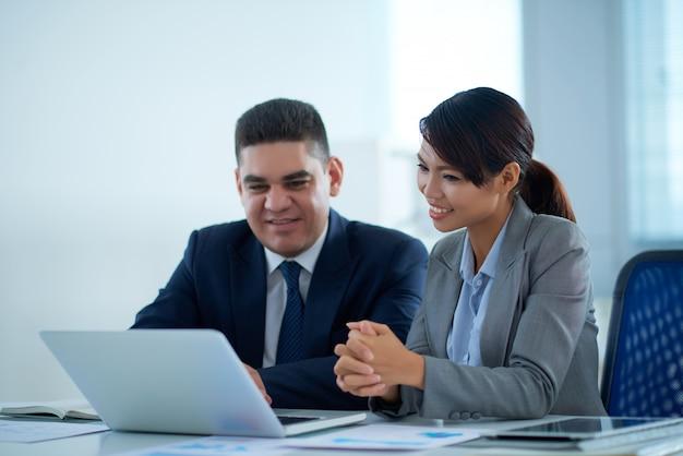 Oglądanie prezentacji biznesowych