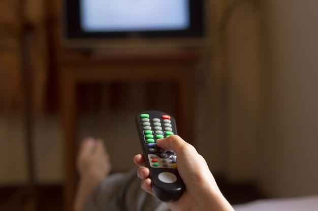 Oglądanie telewizji i używanie pilota zdalnego sterowania.