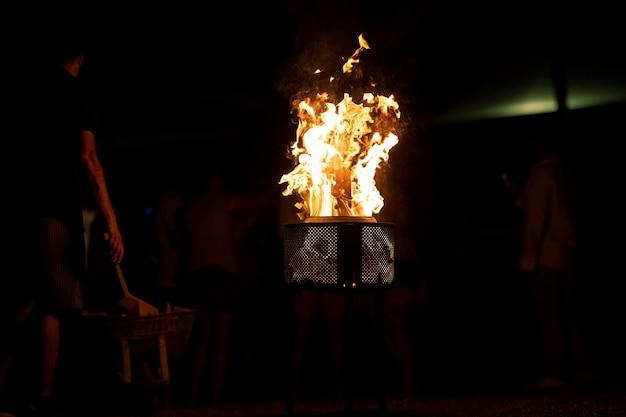 Ognisko płonące w ciemności