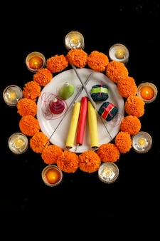 Ogniste krakersy, lampa i kwiat na ciemnym tle, indyjski festiwal diwali