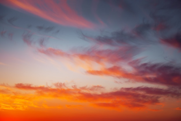 Ognisty, pomarańczowy i czerwony kolory zachód słońca niebo. piękne tło