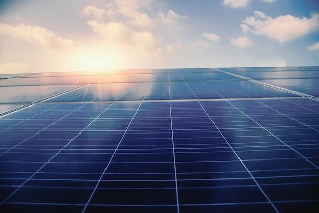 Ogniwa fotowoltaiczne o zachodzie słońca. ogniwo słoneczne czysta energia przyjazna dla środowiska.