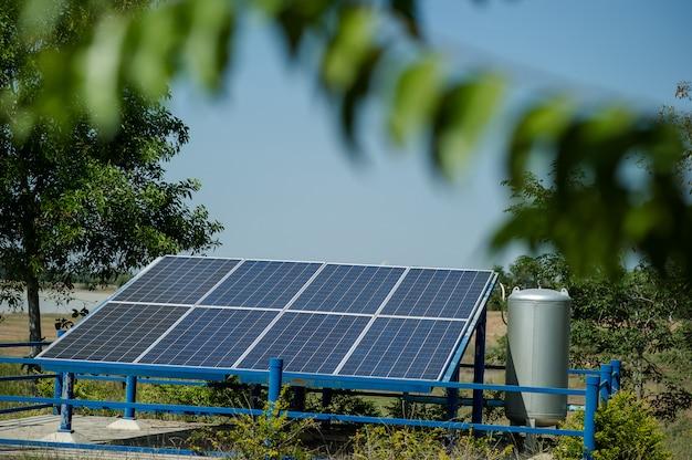 Ogniwa słoneczne przekształcają energię słoneczną ze słońca w energię.