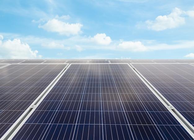 Ogniwo słoneczne na dachu ładnie odbija niebo i odbija światło słoneczne. energia alternatywna i energia zrównoważona