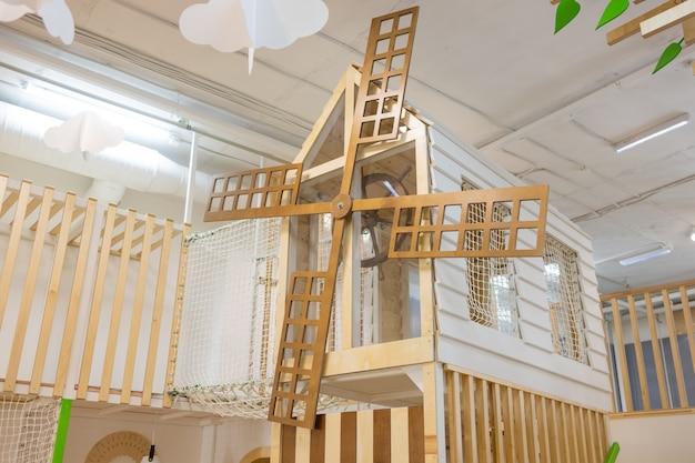 Ogólnodostępny plac zabaw dla dzieci z domkiem do wspinaczki.
