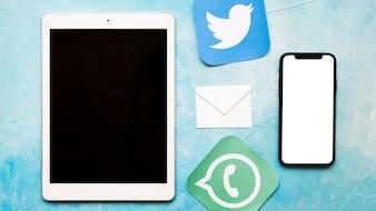 Ogólnospołeczne medialne ikony z telefonem komórkowym i cyfrową pastylką na błękicie malowali tekstury tło