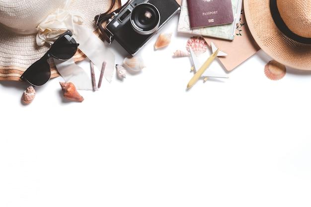 Ogólny widok akcesoriów podróżnika, zabytkowej kamery i czapki
