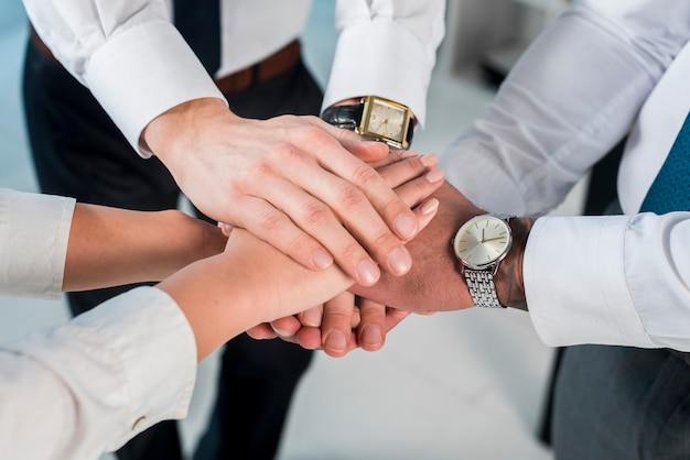 Ogólny widok biznesmen i businesswoman układania rąk