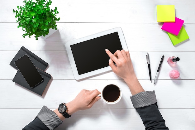 Ogólny widok businesswoman pracy na komputerze w biurze. kobiece miejsce pracy.