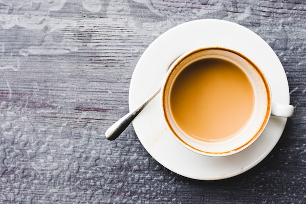 Ogólny widok filiżanki kawy na mokro drewniane tła